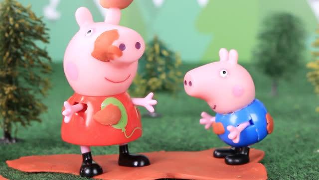 小猪佩奇和乔治玩泥巴
