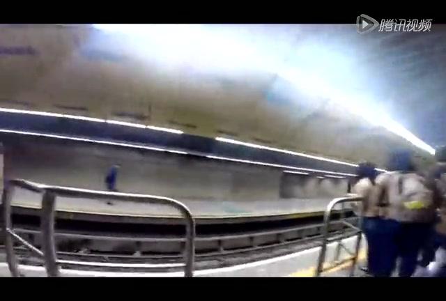 球迷搭乘地铁看世界杯揭幕战截图