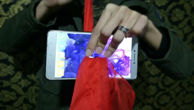 魔术揭秘:教你怎么把丝巾穿过手机!
