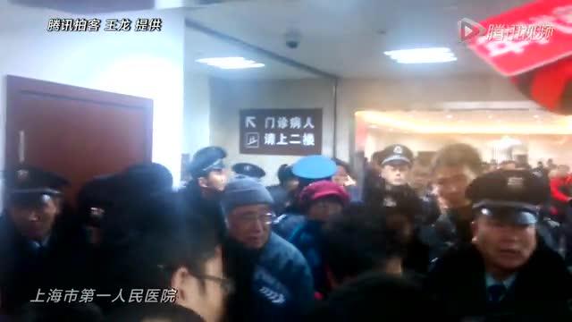 外滩踩踏事故伤者家属情绪激动 医院内与保安对峙截图