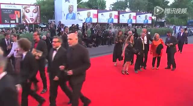 威尼斯电影节闭幕红毯 《来自远方》摘得金狮大奖截图