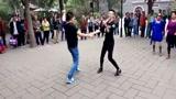 俩社会哥广场上跳了一支舞,广场舞大妈立马安静了!