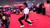 农村集市歌舞表演,吸引了众多群众观看,难道他们都不尴尬么?
