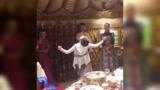 美女即兴舞蹈表演,一招一式都透露出功底的深厚