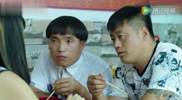 中新网:四川一高校打造浪漫表白99对大学生情侣齐秀恩爱图片