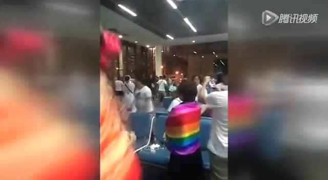中国游客疑航班延误大闹曼谷机场 现场高唱国歌截图