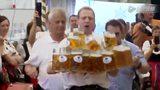 凶残!德服务生徒手端起27杯啤酒打破世界纪录