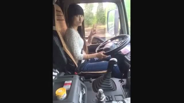 东北乔四爷超车视频_小女人也能开大货车,而且倒车超车技术一流
