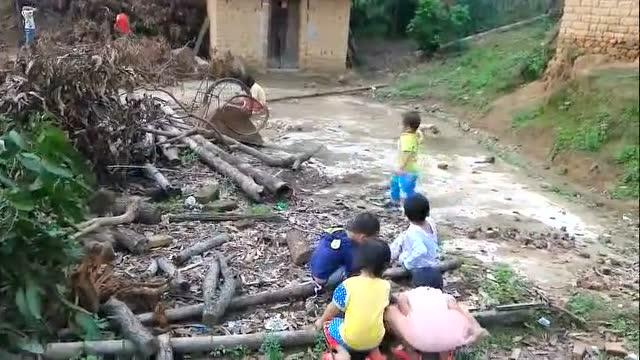实拍告诉你:下雨后农村的山路有多难走,简直是冒着生命危险跋涉