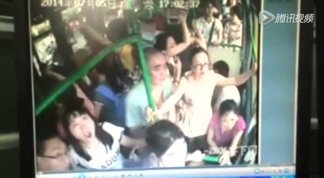 监拍杭州公交纵火案嫌犯点燃爆燃物引燃车厢截图