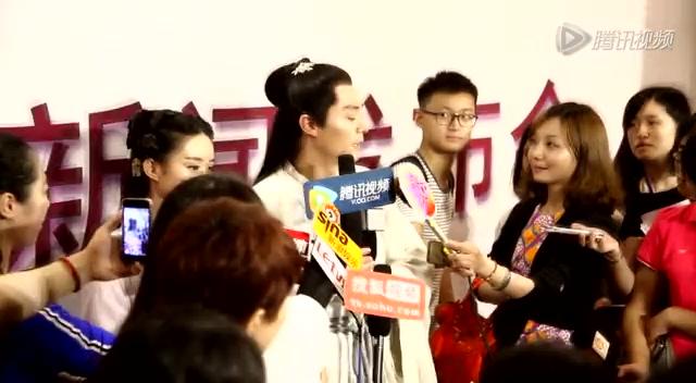 《花千骨》新闻发布会 霍建华赵丽颖着戏服亮相截图