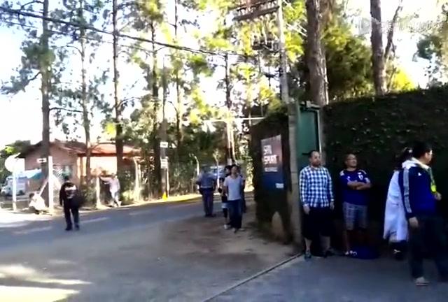日本球迷大本营外隔墙助威截图