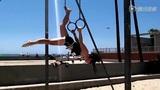 美女沙滩玩吊环 比基尼扭曲身体灵活翻转