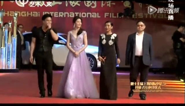 《绝命逃亡》剧组亮相 刘亦菲淡紫色飘逸长裙美翻天截图