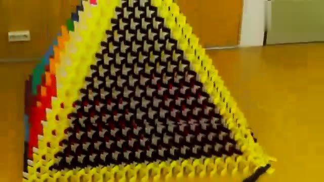 用多米诺骨牌搭金字塔
