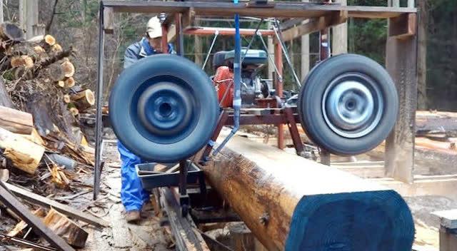 一个发动机加俩轮胎,做成的木头切割机