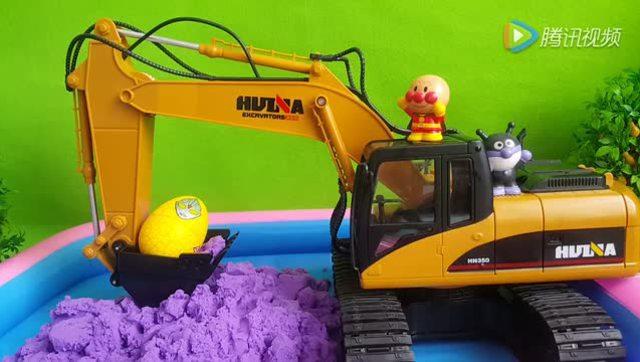挖掘机视频 挖出健达奇趣蛋 奥特曼惊喜蛋