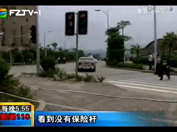 福州男子驾车恶意撞人 警方砸车将其制服截图