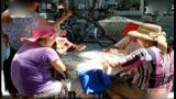 烈日下撑伞打麻将,大妈们为了赢钱也是拼了啊