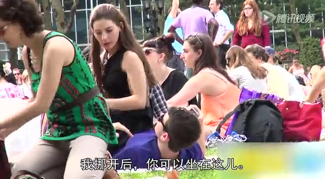 短裙美女坐陌生人身上观察对方反应