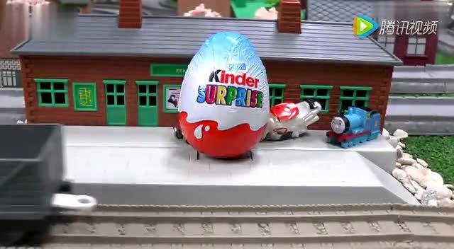 奇趣箱:托马斯小火车拆5个奇趣蛋,拆出了小托马斯,詹姆士,艾米丽