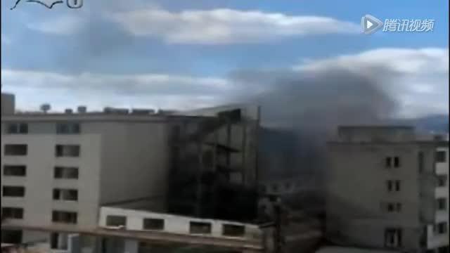 实拍昆明待拆迁商铺爆炸现场 火光冲出10余米高截图