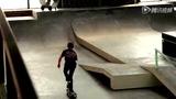 牛人多角度演绎滑板绝技 360度转身飞跳走单杠
