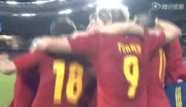 西班牙队相拥庆祝