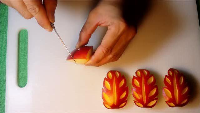 把苹果雕刻成艺术品