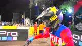 视频:摩托车手飞跃10米高空 空中180度转体
