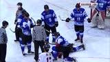 劲爆!冰球锦标赛激烈冲突 北京队员倒地不起