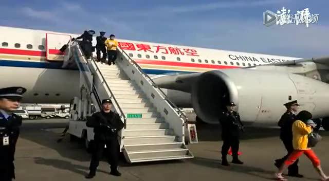 实拍东南亚电信诈骗团伙被押解回国下飞机截图