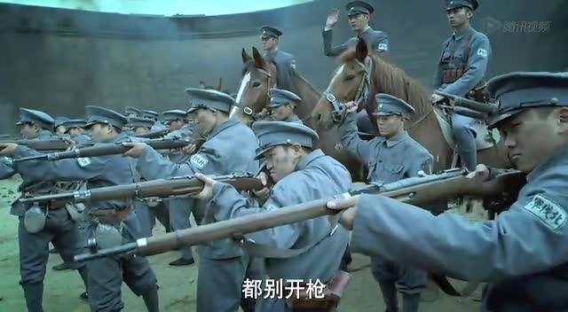 林永健骑马入川军领地 女战士李曼拿枪对其脑门截图
