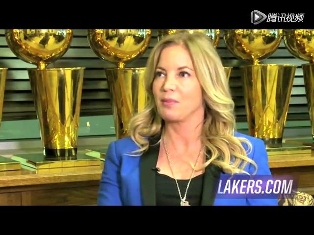 视频:科比展示湖人新球衣 身着展示彰显霸气