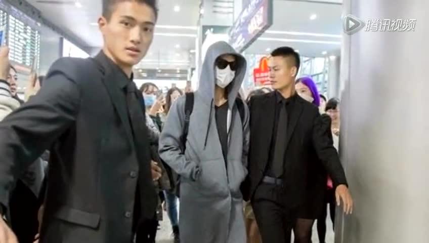 """王凯低调现身机场 引大批""""靖王妃""""跟拍截图"""