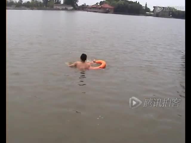 实拍男子游泳溺水 工友舍命相救