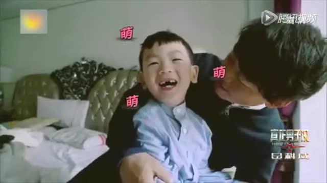 王宝强与粉丝自拍_独家:王宝强携妻儿回京 坐轮椅获女粉丝安慰截图