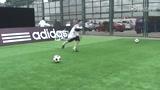视频:北京校园足球活动 学生体验足球游戏