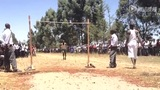 肯尼亚农村运动会惊现牛人 赤脚垂直跳2米毫无压力