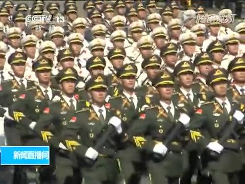 中国解放军三军仪仗队步入红场 习近平挥手致意截图