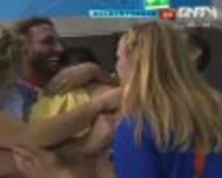 视频:英获跳水奖牌 戴利同教练跳入泳池相庆