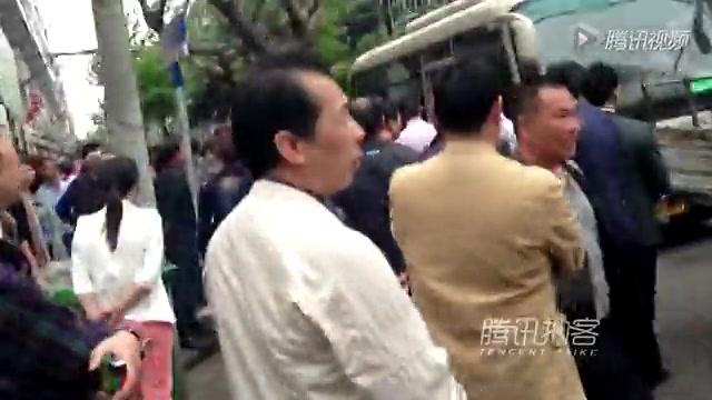 【拍客】浙江苍南城管打人激怒市民围堵抗议截图