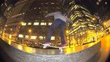 视频:滑板牛人街头秀特技 飞越障碍轻松自如
