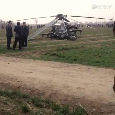 武直10直升机坠落陕西农田现场截图