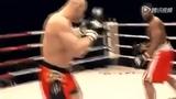 格斗赛高位飞踢直接爆头 超猛烈腿法堪比铁棍横拍