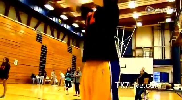 视频:巨星也害羞!科比与美女比篮球频失误