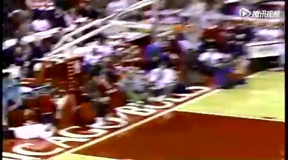回顾乔丹1988年扣篮大赛 飞人空中杂耍点爆球场截图