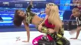 WWE女子摔跤凶悍瞬间回顾 双腿紧夹对手+狂扇耳光
