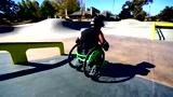 励志小伙轮椅当滑板秀神技 灵活腾空飞跳身残志不残