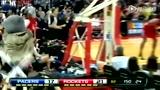 视频:火箭熊脱衣干扰球 场边大叔露肉不落后